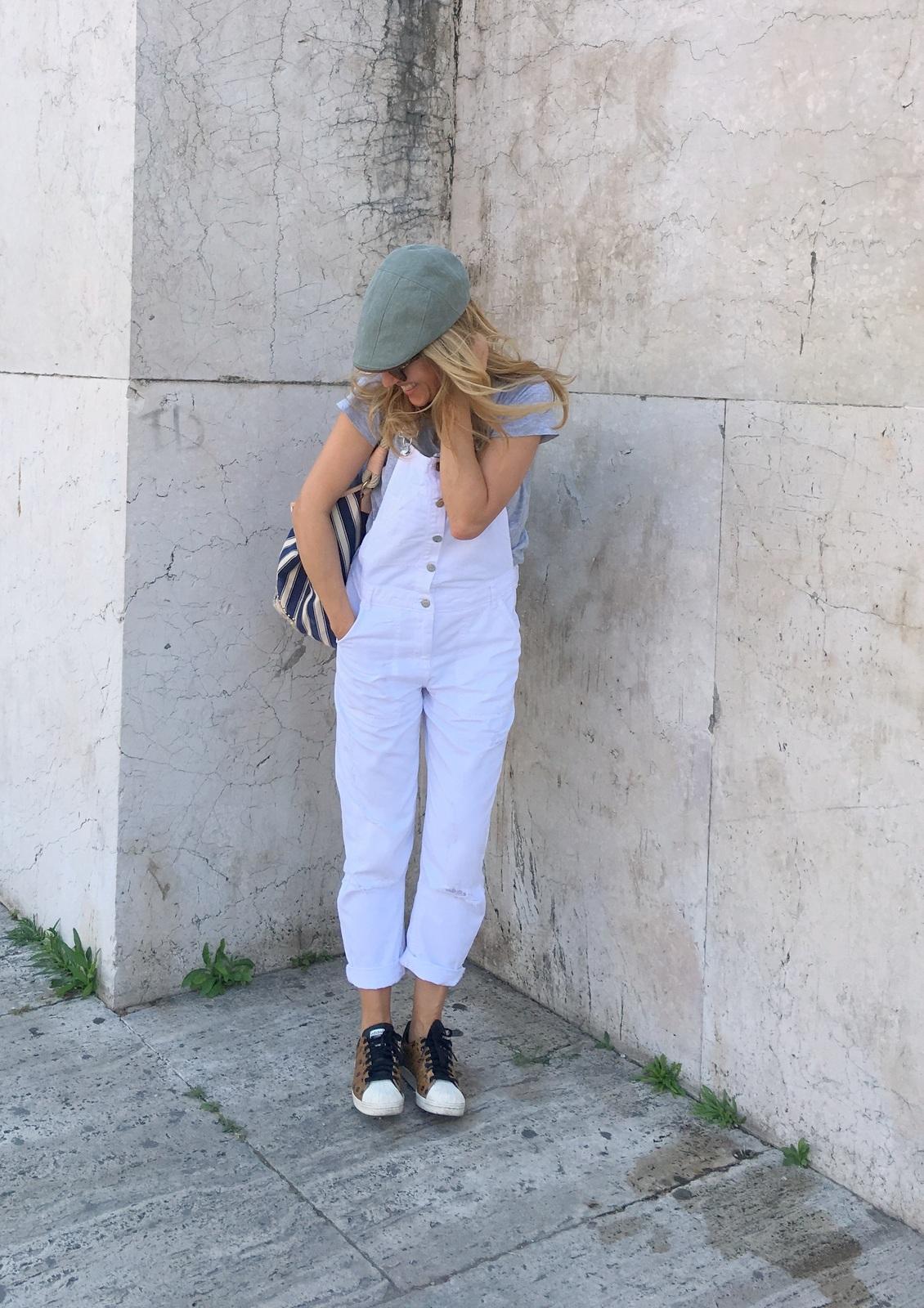 salopette con sneakers (4)